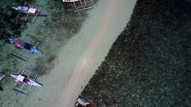 stockvideo's en b-roll-footage met aerial: boats anchored near sandbank at tropical island in palawan, philippines - voor anker gaan