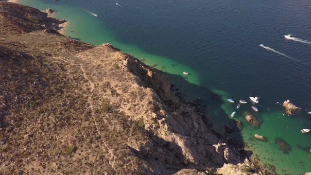 vidéos et rushes de aerial, boats off baja coastline - péninsule de basse californie