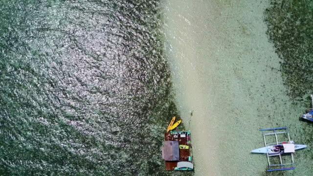 aerial: boats, sandbank, sparkling ocean and island in palawan, philippines - ankrad bildbanksvideor och videomaterial från bakom kulisserna