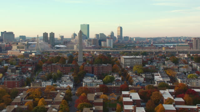 aerial boston skyline, down to residential at end - ザキム・バンカーヒル橋点の映像素材/bロール