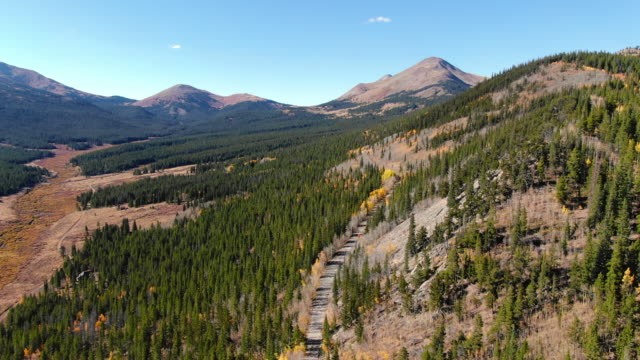 aerial: breckenridge at colorado rockies - breckenridge, colorado - montagne rocciose video stock e b–roll