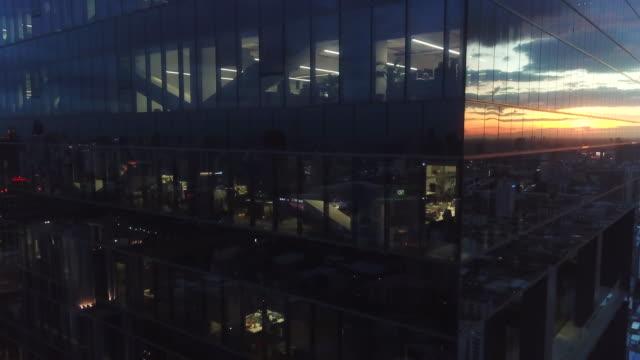 antenne-gebäude reflexion bei nacht - bank stock-videos und b-roll-filmmaterial