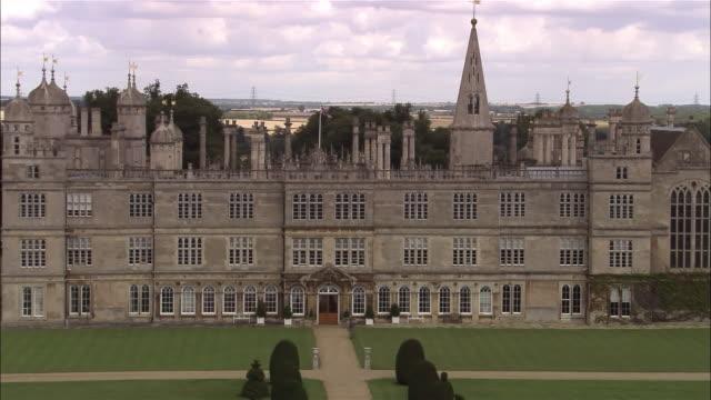 vídeos de stock e filmes b-roll de aerial burghley house / lincolnshire, england - estilo do século 16