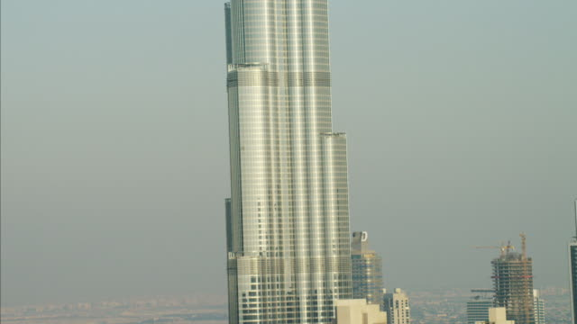 vídeos de stock, filmes e b-roll de aerial burj khalifa skyscraper downtown dubai persian gulf - inclinando se