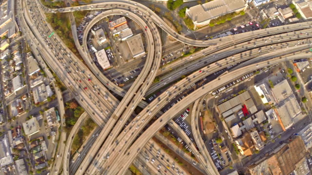 veduta aerea della superstrada a los angeles, california - autostrada interstatale americana video stock e b–roll