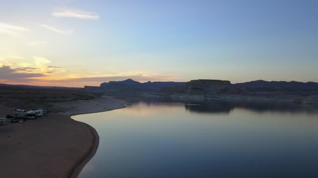 stockvideo's en b-roll-footage met aerial: calm lake in the desert at sunset - powellmeer