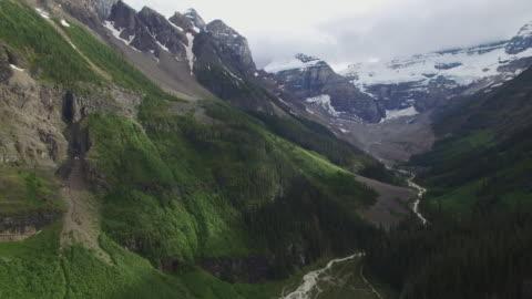4k aerial canada: canadian rocky mountain - banff nationalpark stock-videos und b-roll-filmmaterial