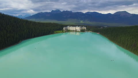 4k aerial canada: lake louise pan up - banff nationalpark stock-videos und b-roll-filmmaterial