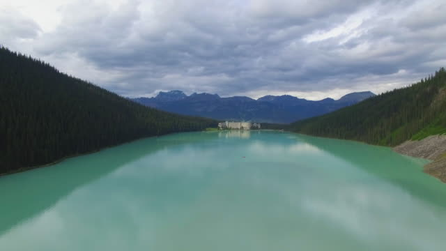 4k aerial canada: lake louise - banff nationalpark stock-videos und b-roll-filmmaterial