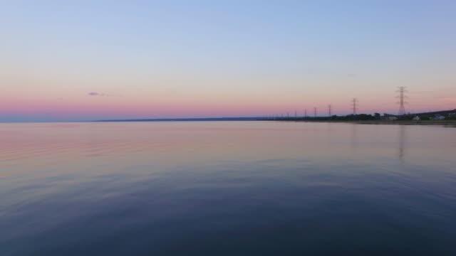 stockvideo's en b-roll-footage met 4k aerial canada: lake ontario sunset - ontariomeer