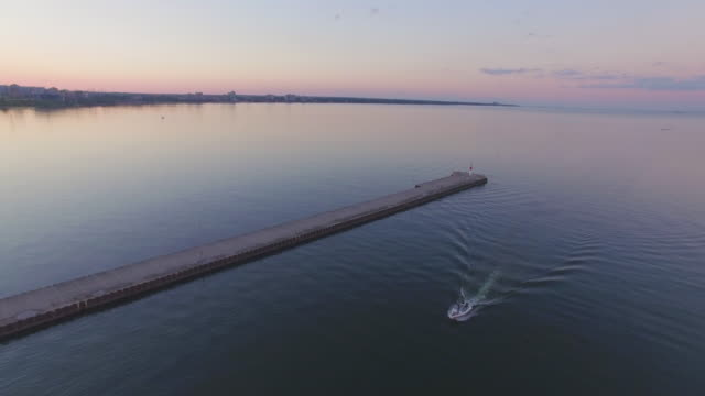 vídeos de stock, filmes e b-roll de 4k aerial canada: lake ontario - ontário canadá