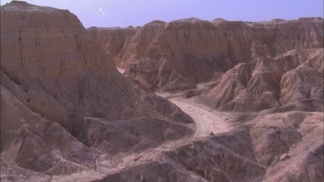 vidéos et rushes de aerial canyon in the negev desert, negev, israel - étroit