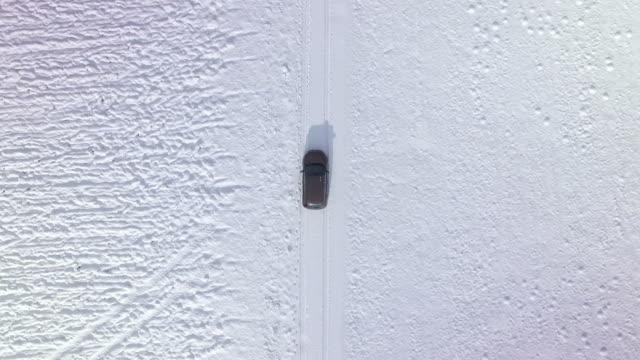 vídeos y material grabado en eventos de stock de antena: coche, conducir con nieve - área silvestre