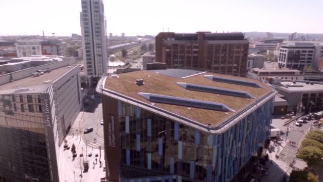 aerial cardiff city centre - カーディフ点の映像素材/bロール