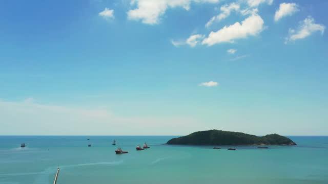 luftfrachtschiffe im meer vor anker - anchored stock-videos und b-roll-filmmaterial