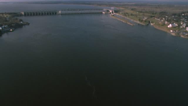 aerial carillon dam - energia idroelettrica video stock e b–roll