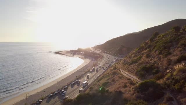 stockvideo's en b-roll-footage met aerial: cars traveling on the malibu coastline - malibu