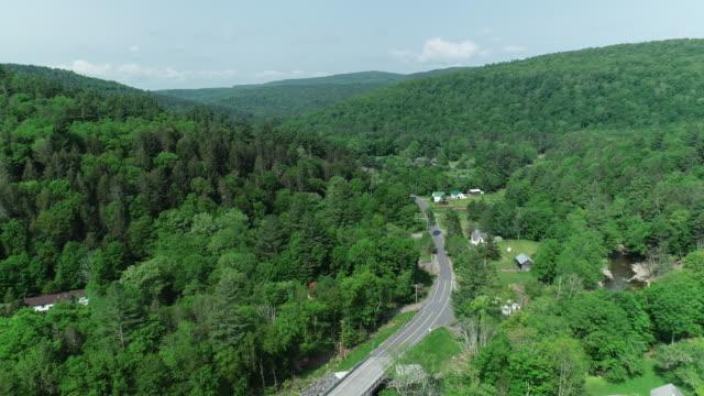 stockvideo's en b-roll-footage met lucht catskills bergen weg auto's rivier bos zomer new york - groothoek