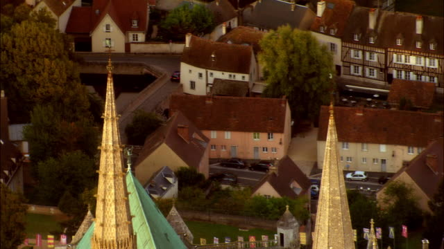 aerial ws zo chartres cathedral and surrounding town / chartres, centre, france - kirchturmspitze stock-videos und b-roll-filmmaterial