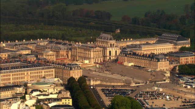 aerial ws chateau de versailles and surrounding park / versailles, ile-de-france, france - chateau de versailles stock videos and b-roll footage