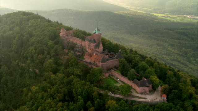 stockvideo's en b-roll-footage met aerial ws chateau du haut-koenigsbourg fort and castle atop hill in orschwiller / alsace, france - rond de 15e eeuw