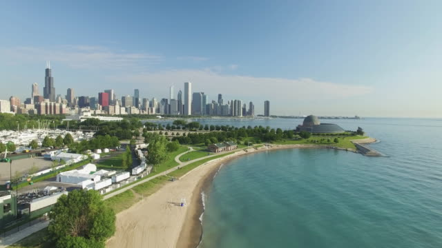 4k aerial chicago: birdview of chicago - chicago illinois stock-videos und b-roll-filmmaterial