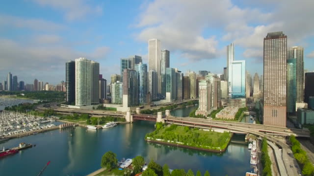 vídeos y material grabado en eventos de stock de 4k aerial chicago: fly along north lake shore drive - cincuenta segundos o más