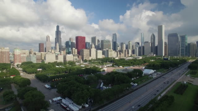 4k aerial chicago: skyline and grant park - chicago illinois stock-videos und b-roll-filmmaterial