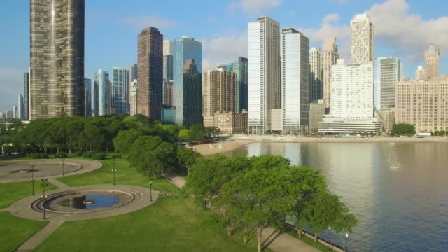 stockvideo's en b-roll-footage met 4k aerial chicago: taking off at milton lee olive park - chicago illinois