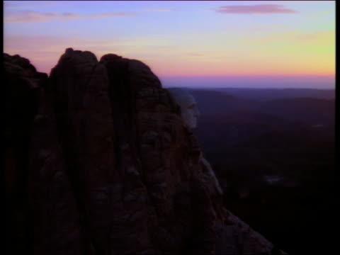 aerial circling mount rushmore at sunset / south dakota - マウントラシュモア国立記念碑点の映像素材/bロール