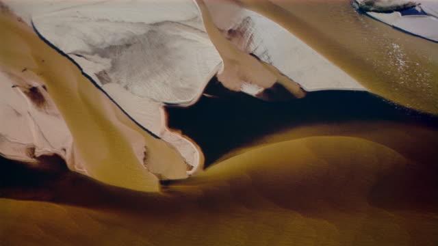 vídeos de stock e filmes b-roll de aerial circling over sand bar / eastern canada - banco de areia