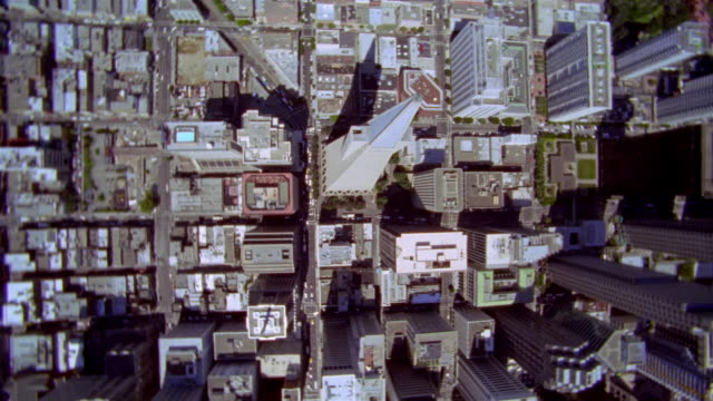 vidéos et rushes de aerial circling over transamerica pyramid to view of golden gate bridge in background / san francisco, california - transamerica pyramid san francisco