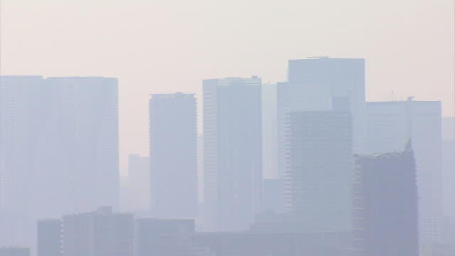 vidéos et rushes de aerial city air pollution tokyo tower japan asia - terre en vue