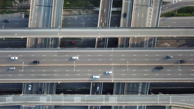 vidéos et rushes de une ville aérienne trafic autoroute aérienne - trafic jam