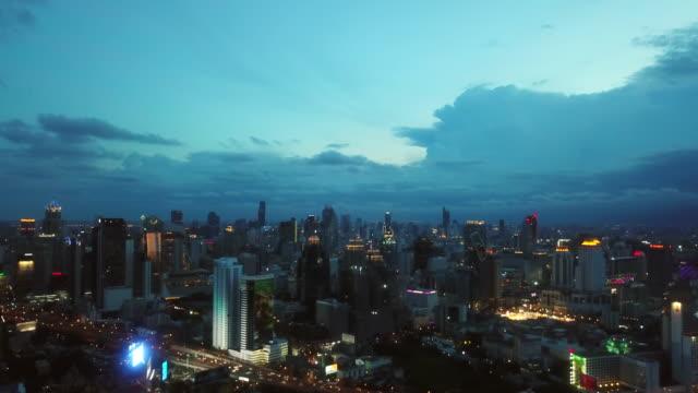 夕暮れ時の空中都市の景観 - 尖り屋根点の映像素材/bロール