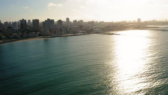 vidéos et rushes de paysage urbain aérien de fortaleza, ceara, brésil - mar