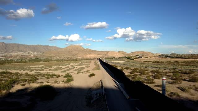 ニューメキシコ州とチワワ州の間の米国/メキシコ国境の壁の航空クリップ - 囲み塀点の映像素材/bロール