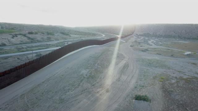 vídeos de stock, filmes e b-roll de grampo aéreo da parede da beira dos e.u./méxico entre novo méxico e chihuahua - muro