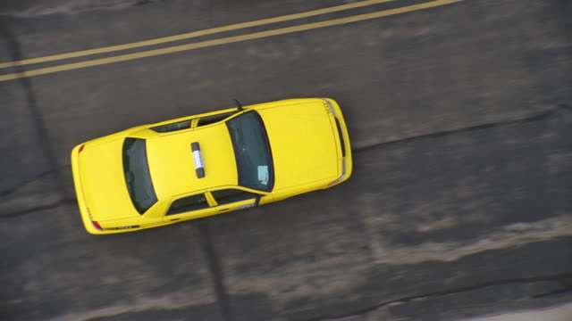 aerial close on yellow taxicab l-r on chicago city street - yellow taxi点の映像素材/bロール