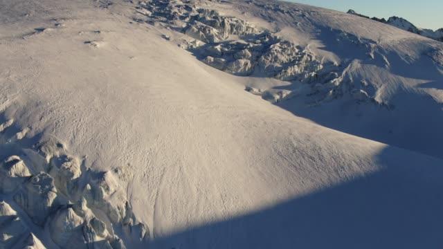 Plan rapproché aérien d'un glacier dans les montagnes du Caucase