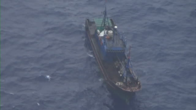 vídeos de stock, filmes e b-roll de aerial close up shot of a suspicious boat within the area of japanese waters where chinese illegal coral poachers are active in 10km off torishima... - suspeita