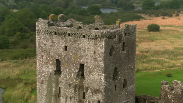 aerial close up zoom out pan wide shot threave castle/ dumfries and galloway, scotland - galloway scotland stock videos & royalty-free footage