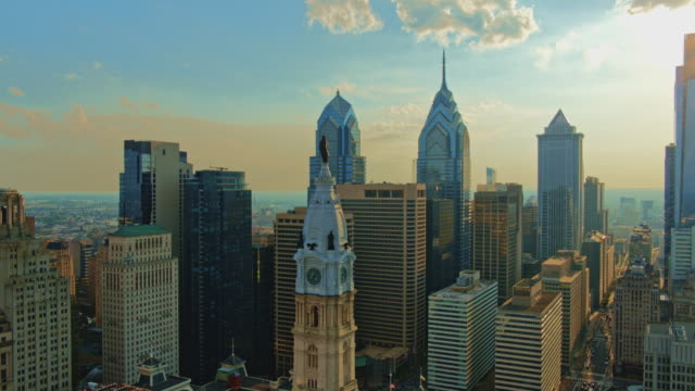 aerial close view on philadelphia city hall with the william penn statue atop of the tower in front of downtown district, philadelphia, pennsylvania. drone video with the descending camera motion. - william penn stock videos & royalty-free footage