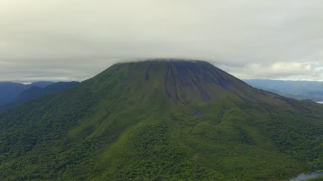 vídeos y material grabado en eventos de stock de aerial close-up: lush green arenal volcano mountain among low clouds - bosque pluvial