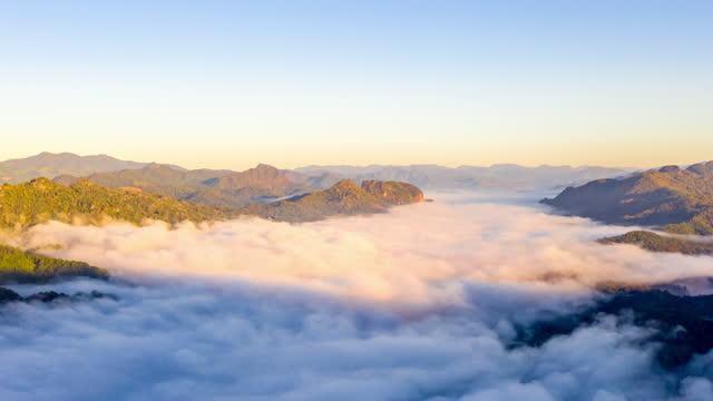 stockvideo's en b-roll-footage met aerial cloud scape hyperlapse over de cloud - loopbaar bewegend beeld