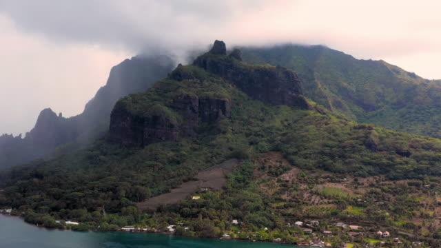 vidéos et rushes de aerial: clouds hoovering over the mountains of moorea, moorea, french polynesia - moorea