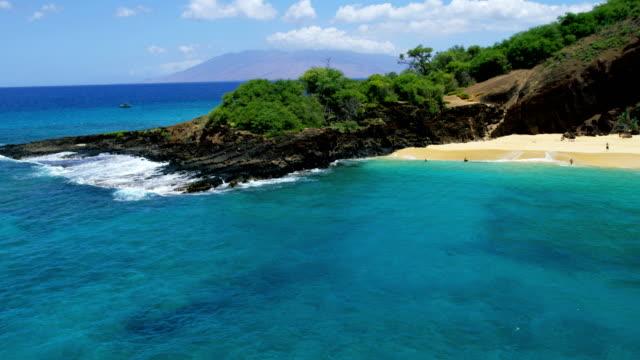 aerial coastline view makena beach state park maui - hawaii inselgruppe stock-videos und b-roll-filmmaterial