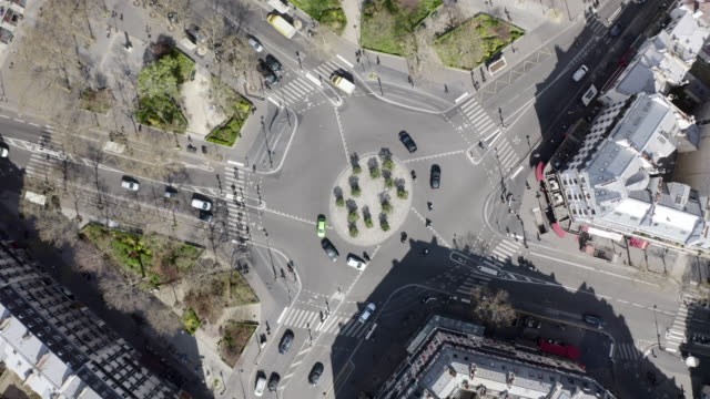 vidéos et rushes de aerial: complicated roundabout among beautiful houses - paris, france - rue principale