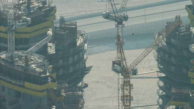 aerial construction cranes dubai development uae - 足場点の映像素材/bロール