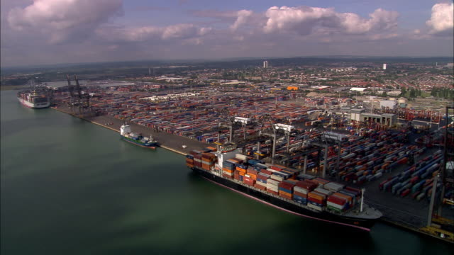 stockvideo's en b-roll-footage met aerial container ship beling loaded at port/ southampton, england - southampton engeland